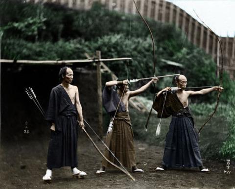 弓を射る侍