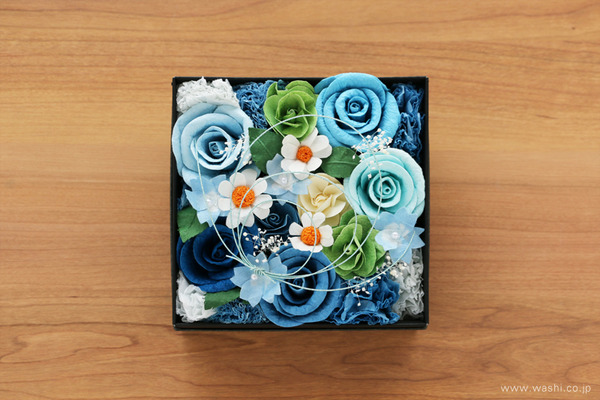 青いバラを主体とした、開業祝いの和紙の花フラワーボックス (真上)
