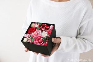 結婚1周年(紙婚式)プレゼントにオススメの和紙の花ボックスフラワー(赤系を持った時)