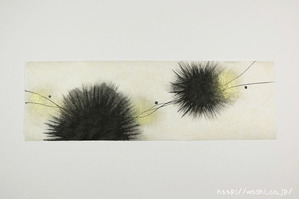 内から外に向かって墨の刷毛目で画いた創作和紙 (1)