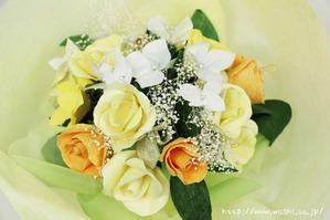 黄色いバラの和紙ブーケ・花束(アップ)