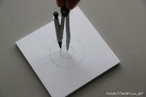 紙糸を使ったクリスマスオーナメント作り(コンパスで円を書いている所)