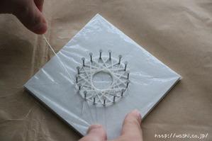 紙糸を使ったクリスマスオーナメント作り(外側の糸を巻いている途中)