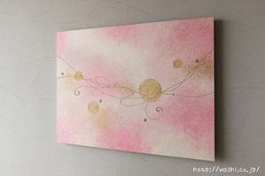 モダンな空間に優しいピンクの差し色。和紙アートパネル製作事例(やや斜めから)