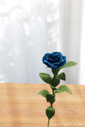 結婚1周年紙婚式プレゼント。和紙の青いバラの花一輪 (正面)