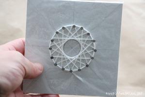 紙糸を使ったクリスマスオーナメント作り(外側の糸を巻き終えました)