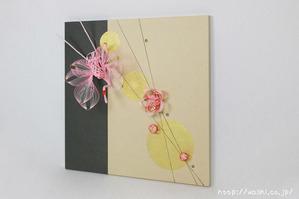 結納品リメイク事例−和室・床の間用の角サイズアートパネル (鶴と梅の水引飾り。斜めから)