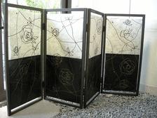 バラのモチーフの創作和紙四曲屏風です。