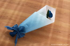 結婚1周年紙婚式プレゼント。和紙の青いバラの花一輪 (ラッピング)