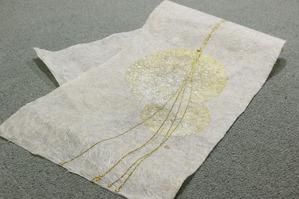 無地の和紙に金樹脂デザインが入っています(創作和紙)