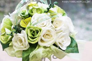 白と緑のバラ和紙ブーケ・花束(アップ)
