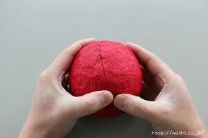 指のはらで軽く押さえているところ(リンゴ型オブジェの作り方)2