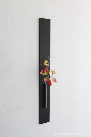 和紙製のカラスウリを使ったモダンな一輪挿しパネル(斜めから)