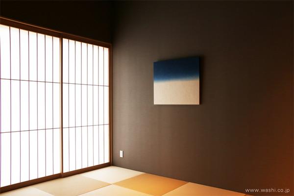 ゆるやかな時間を過ごせる 群青色の和紙アートパネル−Washi(Japanese Paper) Modern Wall Art Panel (弥生の間、パネル斜めアングル)