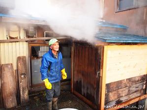 悠久紙(五箇山和紙)楮蒸しを行っているところ