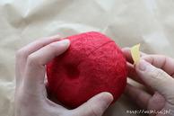マスキングテープを貼っている所(リンゴ型オブジェの作り方) (1)