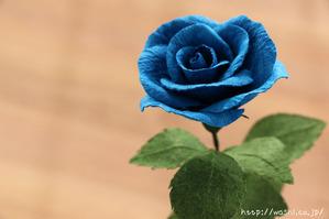 結婚1周年紙婚式プレゼント。和紙の青いバラの花一輪 (アップ)