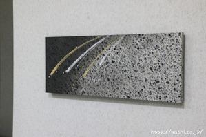 金銀デザインのモノトーン和紙アートパネル (斜めから)