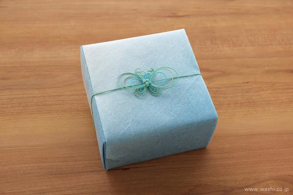 青いバラを主体とした、開業祝いの和紙の花フラワーボックス (和紙のギフトラッピング)