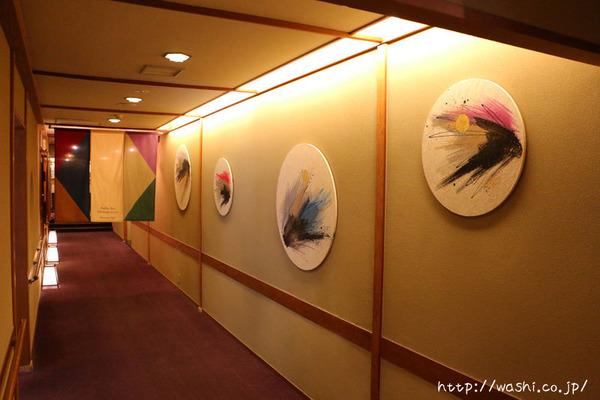 四季をイメージした和紙の円形インテリアアートパネル (旅館の通路壁面)