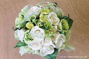 白と緑のバラ和紙ブーケ・花束(真上から)