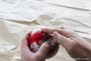 でんぷん糊で和紙を貼っている所(リンゴ型オブジェの作り方)