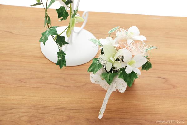 オーダーメイドの和紙の花ブライダルキャスケードブーケ (新郎様用のブートニア)