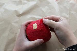和紙を貼っていきます。(リンゴ型オブジェの作り方)1