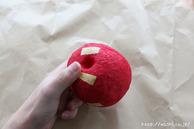 マスキングテープを貼っている所(リンゴ型オブジェの作り方) (2)