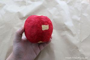 和紙を貼り終えました(リンゴ型オブジェの作り方)2