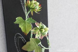 グリーンの実をつけた和紙製の植物を使ったモダンな一輪挿しパネル(アップ)
