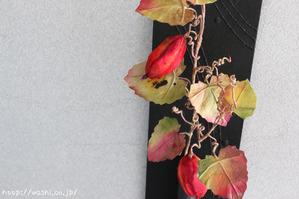 和紙製のカラスウリを使ったモダンな一輪挿しパネル(カラスウリ部分アップ)
