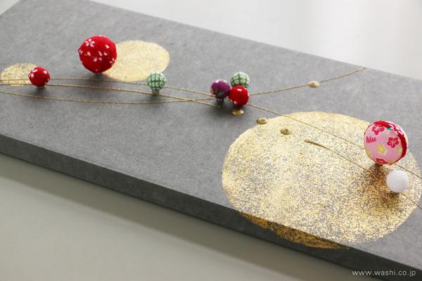 ちりめん玉飾りと鶴亀の結納品リメイクアートパネル (横からのアングル)