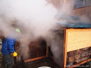 悠久紙(五箇山和紙)楮蒸し中。立ち込める湯気