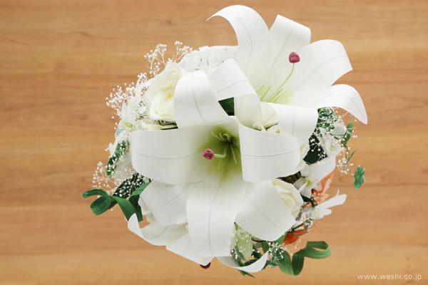 オーダーメイドの和紙の花ブライダルキャスケードブーケ (真上アングル)