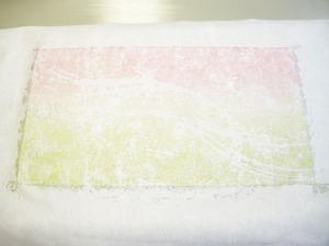 紙の上からなでるようにして空気を押し出す。(ウェルカムボード製作風景)