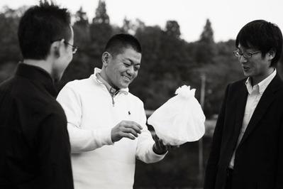 和紙の器 Yoshihiro Narisawa admires his dish