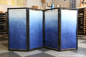季節感のある夏の装い−店内ディスプレイ用の金魚柄間仕切り(衝立)製作事例(裏側)