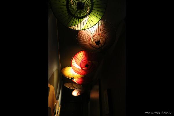 和モダン宿のくつろぎ和紙インテリア (金沢和傘照明)