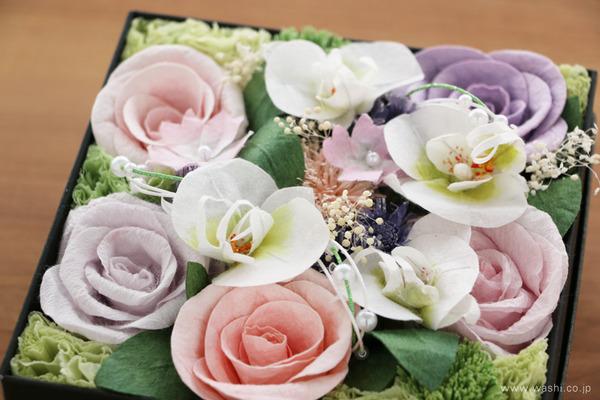 ご退職祝いに贈る、胡蝶蘭とバラの和紙製フラワーボックス (花部アップ)