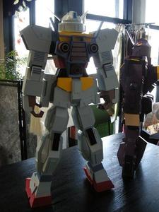 紙製ロボット(白色厚紙、後ろから)