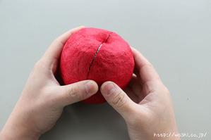 指のはらで軽く押さえている所(リンゴ型オブジェの作り方)1