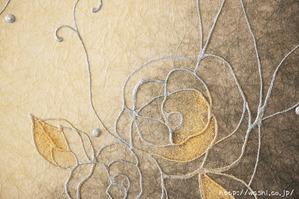 陰影豊かな花柄の和紙アートパネル (アップ)