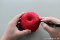 カッターで切込みを入れているところ(リンゴ型オブジェの作り方)