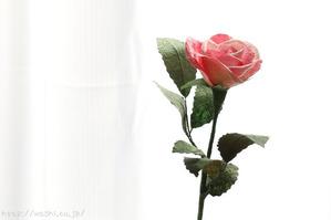 和紙バラ一輪(お花と葉っぱは異なる素材を用いています)