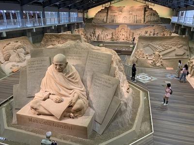 砂の美術館のガンジー座像