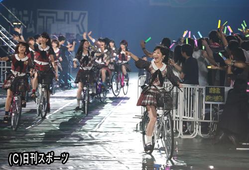自転車に乗る渡辺麻友