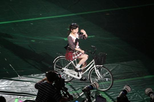 自転車に乗る渡辺麻友2
