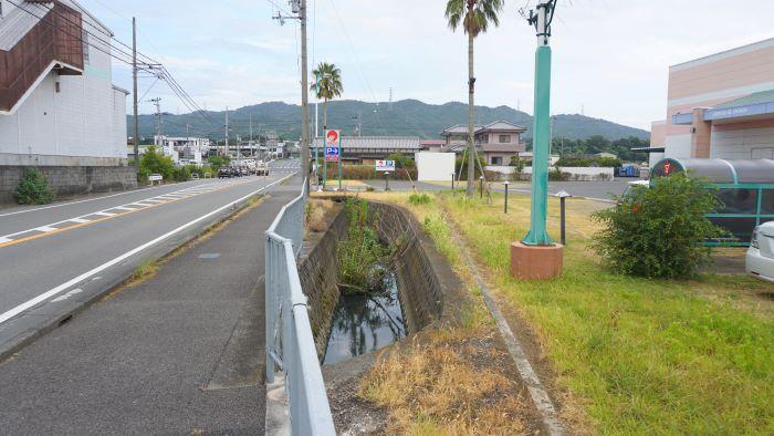 スーパーにある外堀跡。 淡路島志知城を散策・1 : 橋を渡ると、そこは ...