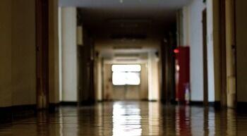深夜の高校でセーラー服女装男を確保した男性、たまたま学校近くを通りかかり急に便意をもよおしトイレで鉢合わせに